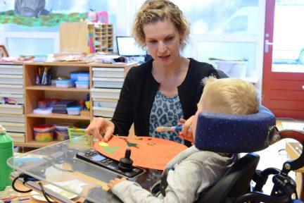 Juf en leerling rolstoel